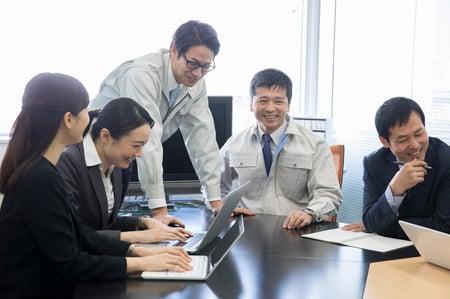 業務効率化できて喜ぶチームメンバー