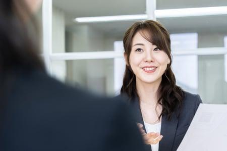 Web会議で採用面接する女性